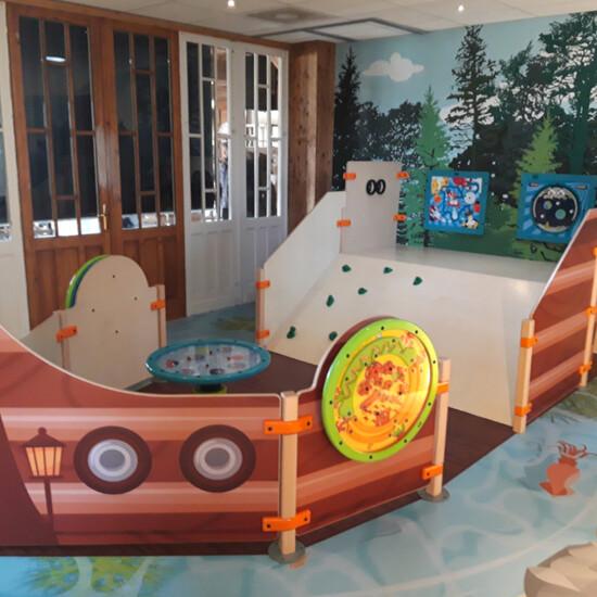 speelelement voor een kinderhoek in de vorm van een schip met een glijbaan en diverse educatieve speelelementen   IKC
