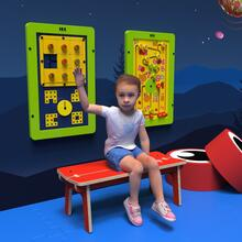 Op deze afbeelding ziet u een kind op de Buxus Bench red uit de kindermeubel collectie Buxus